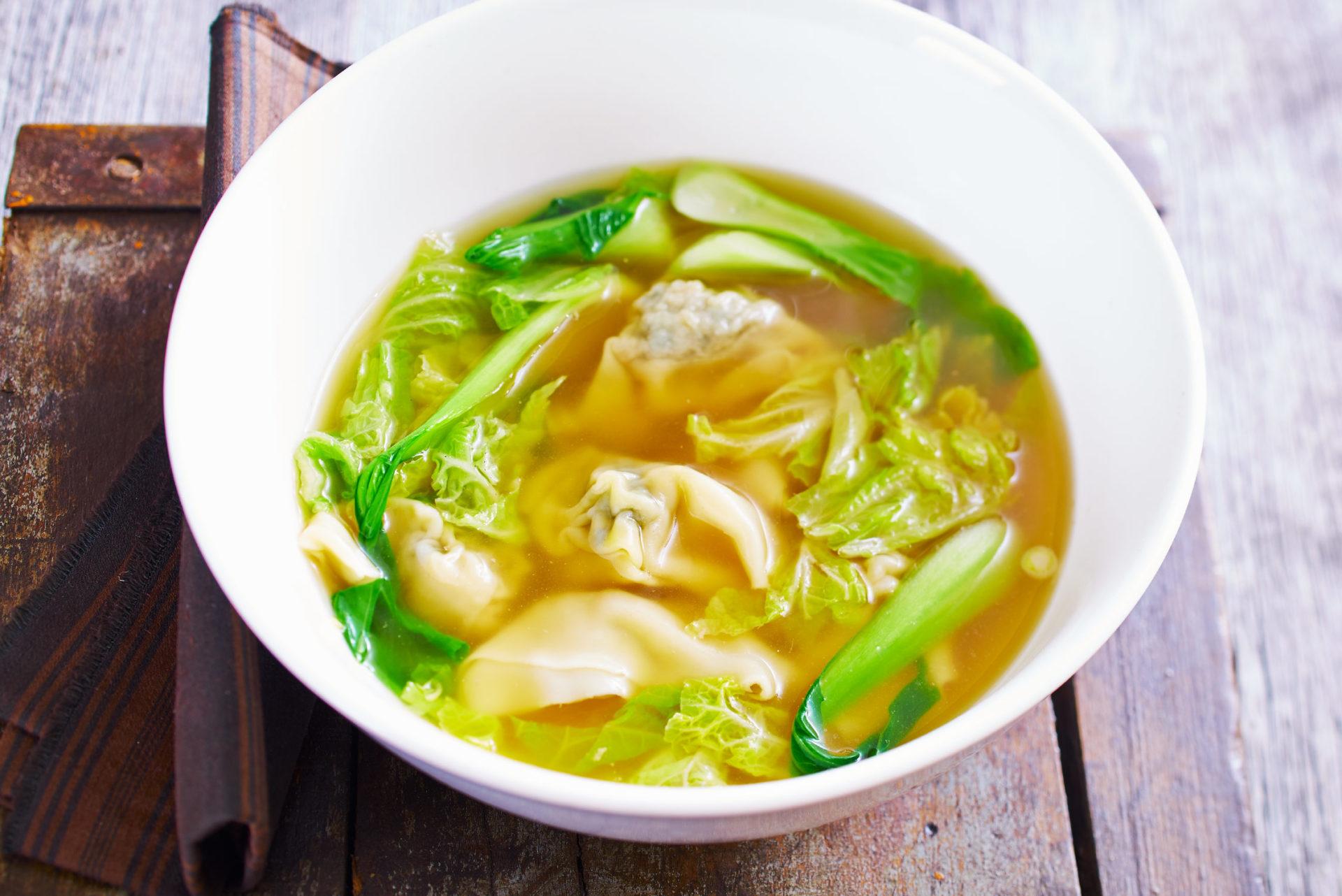 Wan Tan Suppe mit Teigtaschen, gefüllt mit Spinat und Schweinefleisch