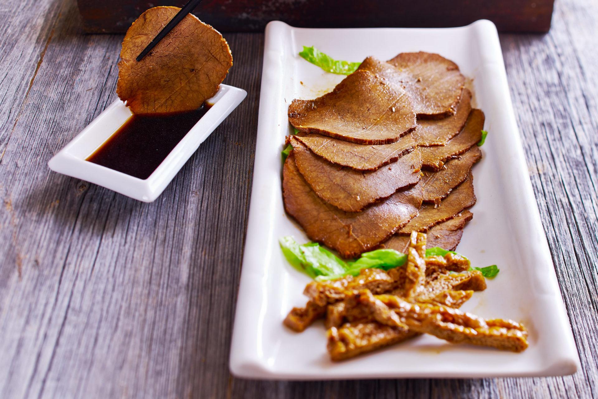 Rindfleisch fein geschnitten, gewürzt mit fünf Aromen