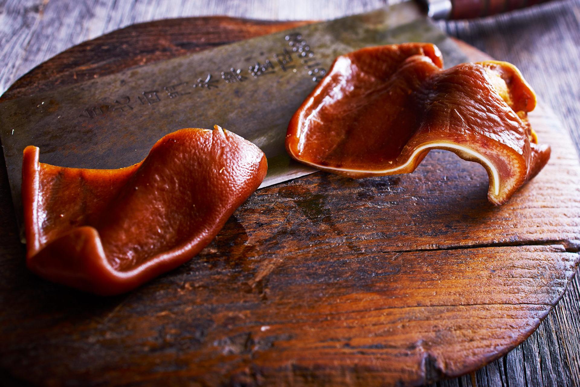Warme Brüder - Schweineohren, geschmort mit chinesischen Kräutern und Lauch, leicht warm serviert