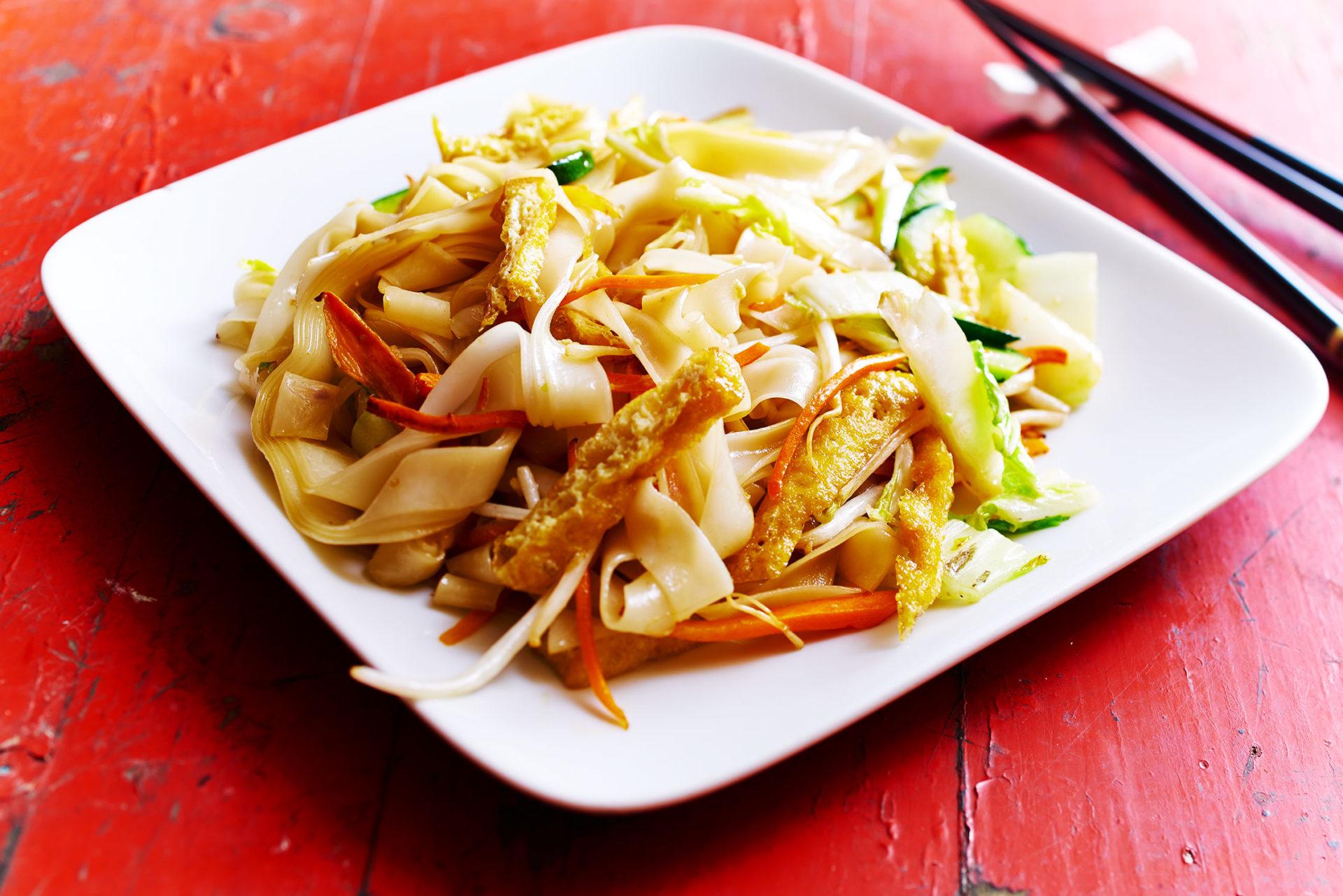 Reisbandnudeln, gebraten mit Hühnerfleisch und Gemüse