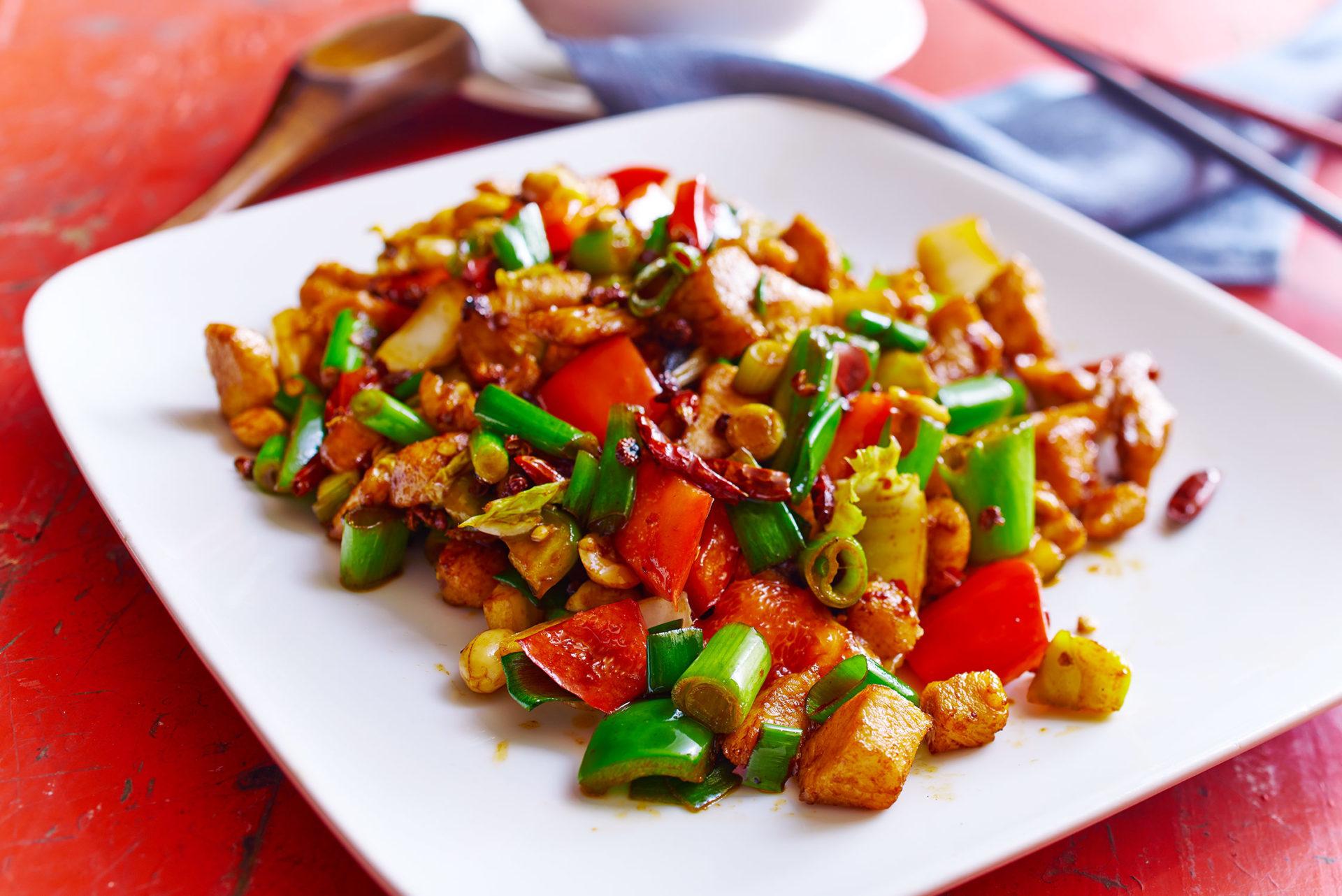 Gong Bao Huhn - gebratene Hühnerbrust mit Paprika, Gemüse, Erdnüssen und Knoblauch