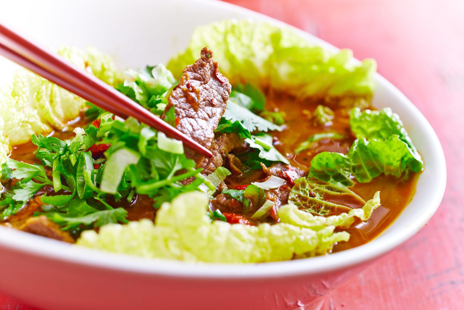 Rindfleisch nach Bauernart mit Gemüse und Knoblauch in scharfer Suppe