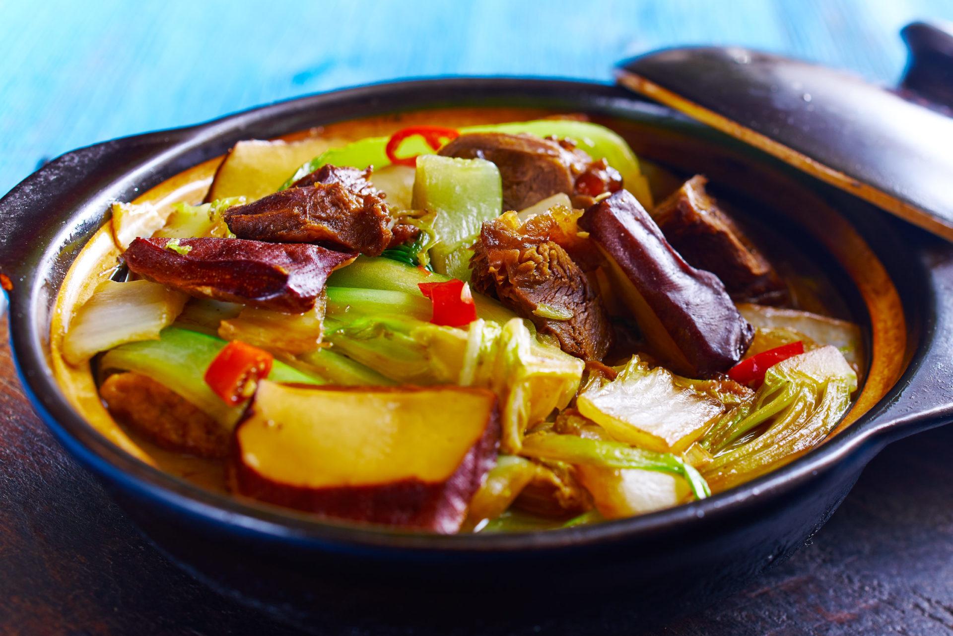 Lamm im Tontopf mit Ingwer, Knoblauch, Gemüse und Reiswein