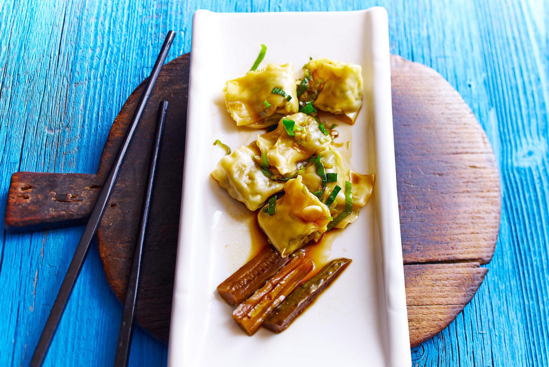 Kalte Wan-Tan gefüllt mit Spinat und Fleisch oder gefüllt mit Spinat (vegetarisch)
