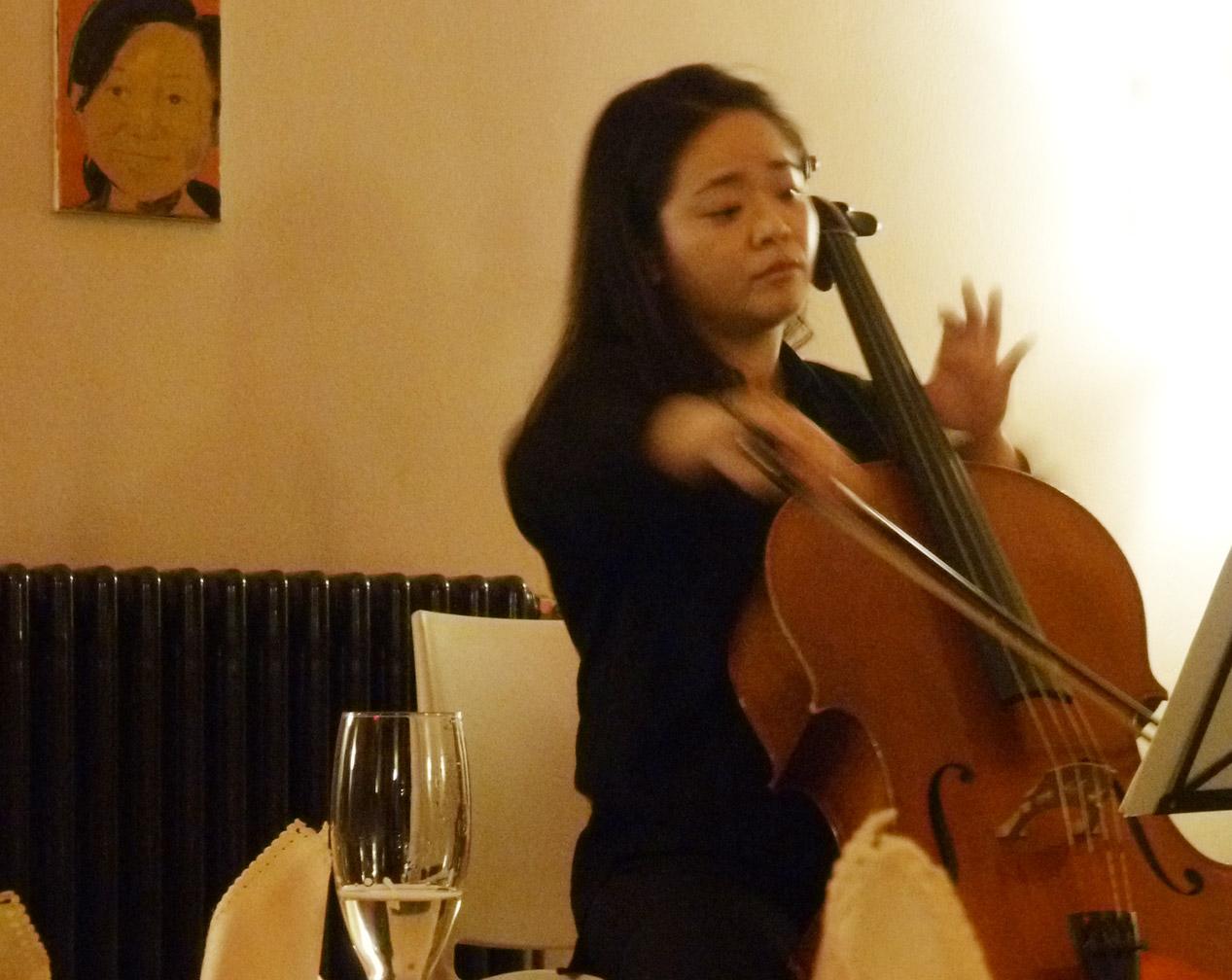 Tseng Hsien-Wen spielt Cello in Tangs Kantine
